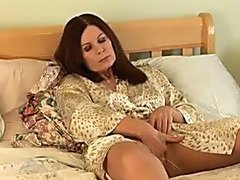 Mature puts in her fingers in wet hot pussy
